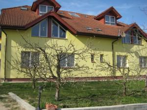 Haus_mit_Apfelblüte-3